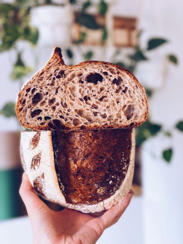 świeżo-upieczona-chleb-pszenno-orkiszowy-z-siemieniem-lnianym
