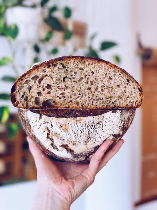 świeżo-upieczona-chleb-pszenny-z-bazyliowym-pesto